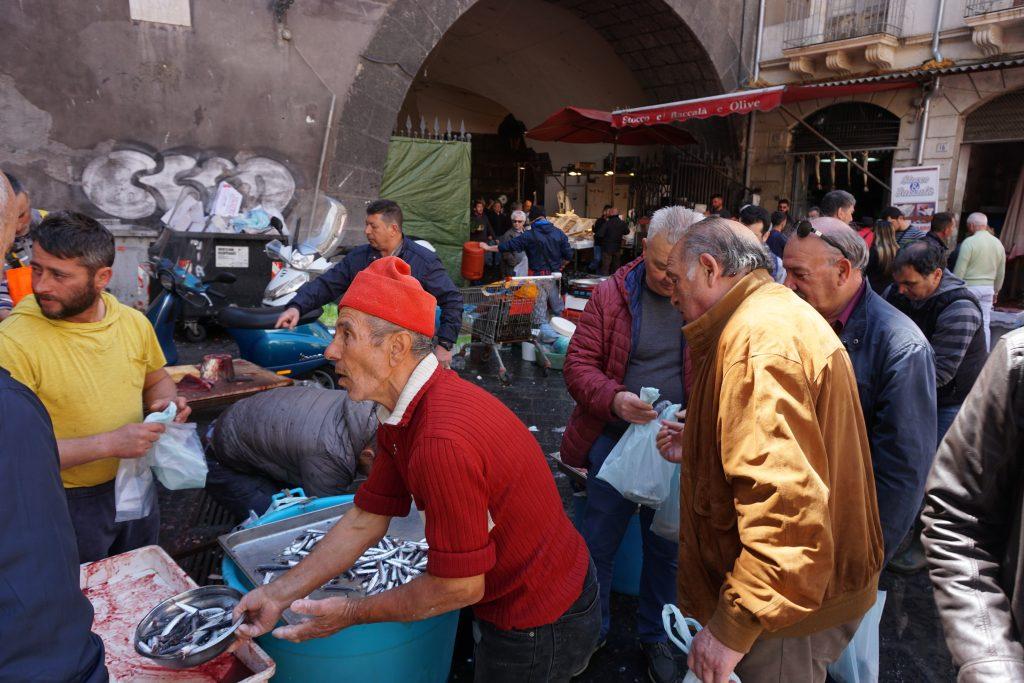 pescatori al mercato del pesce