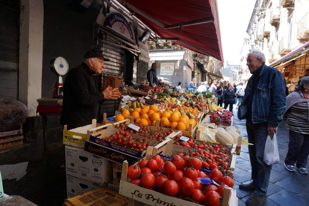banchi di frutta e verdura al mercato di catania